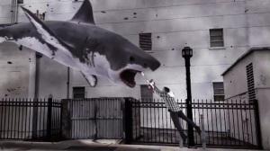 Ian Ziering lucha por su vida contra los tiburones de 'Sharknado'.